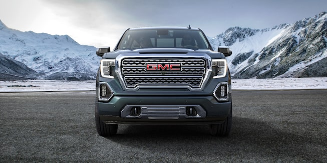Vista frontal de pick up GMC Sierra 2019 con parrilla multidimensional y faros LED de niebla con Highbeam