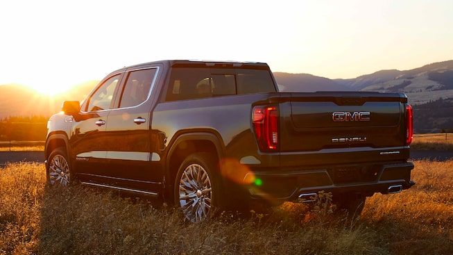 Pick up GMC Sierra 2019 lleva luces traseras LED y rines de 22 pulgadas