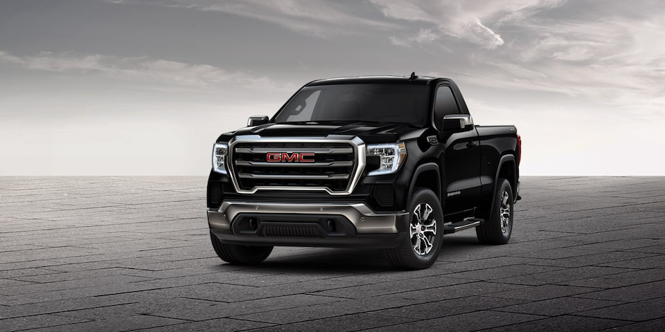 GMC Sierra Regular 2019 color negro con rines de 18 pulgadas en aluminio brillante y defensa cromada